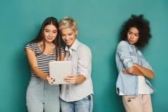 Trois amis féminins dans le studio Photos libres de droits