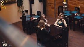 Trois amis féminins encourageant, riant, et vin rouge potable Une peu de partie, temps libre Elebration de ¡ de Ð clips vidéos