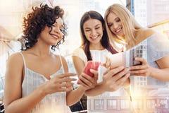 Trois amis féminins enthousiastes passant le jour ensemble Photo libre de droits