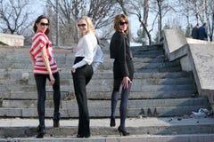 Trois amis féminins extérieurs Photos stock