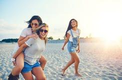 Trois amis féminins gais des vacances d'été Photo libre de droits