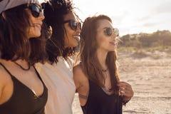 Trois amis féminins marchant sur la plage Image libre de droits