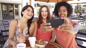 Trois amis féminins prenant Selfie dans le ½ de ¿ de Cafï banque de vidéos