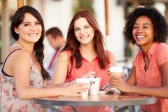 Trois amis féminins se réunissant dans le ½ de CafÅ Images libres de droits