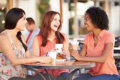 Trois amis féminins se réunissant dans le ½ de CafÅ Photo libre de droits