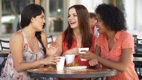 Trois amis féminins se réunissant dans le ½ de ¿ de Cafï dans le mouvement lent banque de vidéos
