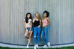 Trois amis féminins se tenant dehors Image libre de droits