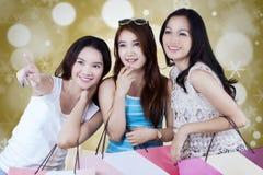 Trois amis faisant des emplettes ensemble Photographie stock libre de droits