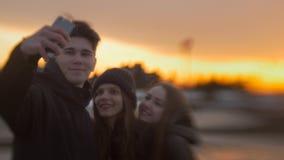 Trois amis faisant le selfie pour une promenade au coucher du soleil Photo libre de droits