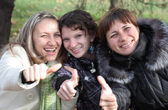 Trois amis féminins ayant l'amusement Photo libre de droits
