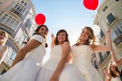 Trois amis habillés comme jeunes mariées Photo libre de droits