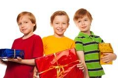 Trois amis heureux avec des présents Images stock