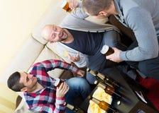 Trois amis heureux buvant de la bière Photo stock