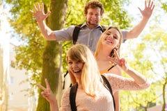 Trois amis heureux des jeunes extérieurs Photographie stock
