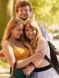 Trois amis heureux des jeunes extérieurs Images libres de droits