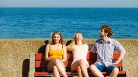 Trois amis heureux des jeunes extérieurs Photos stock