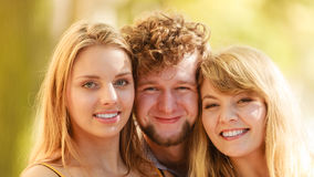 Trois amis heureux des jeunes extérieurs Photo libre de droits