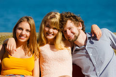 Trois amis heureux des jeunes extérieurs Images stock
