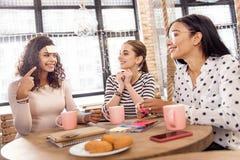 Trois amis heureux faisant le rond du jeu Image stock