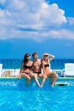 Trois amis heureux par la piscine Photo libre de droits