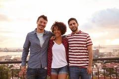 Trois amis heureux posant pour une photo Photographie stock libre de droits