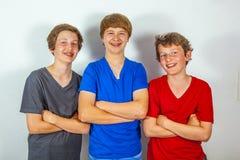 Trois amis joyeux heureux apprécient la vie Image libre de droits