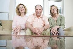 Trois amis mûrs à la maison Photos libres de droits