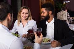 Trois amis mangeant au restaurant Photos libres de droits