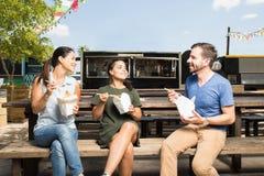 Trois amis mangeant de la nourriture orientale Photos libres de droits