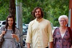 Trois amis marchant dans la ville Photo stock