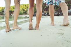 Trois amis marchant sur la plage Photo libre de droits