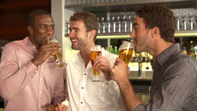 Trois amis masculins appréciant la boisson à la barre clips vidéos