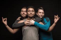 Trois amis masculins posant sur le noir Photographie stock