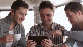 Trois amis ont avec émotion divisé des actualités banque de vidéos