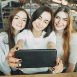 Trois amis ont l'amusement ensemble et prennent le selfie Image stock