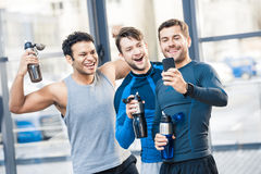 Trois amis photographiant par le smartphone au club de sport Image stock