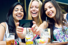 Trois amis prenant des photos avec un smartphone Photographie stock libre de droits