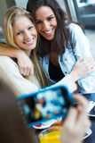 Trois amis prenant des photos avec un smartphone Photographie stock