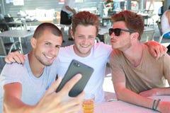 Trois amis prenant le selfie et faisant des visages Photo stock