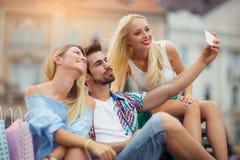 Trois amis prenant un selfie dehors le jour ensoleillé Photo stock