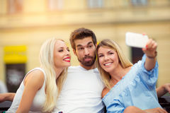 Trois amis prenant un selfie dehors le jour ensoleillé d'été Photos stock