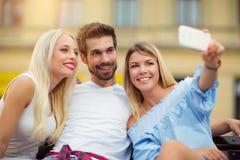 Trois amis prenant un selfie dehors le jour ensoleillé d'été Photo stock