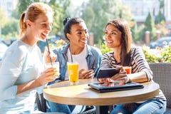 Trois amis prenant un selfie ensemble en café Image libre de droits