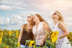 Trois amis profitant d'un agréable moment dehors Images stock