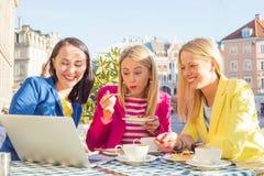 Trois amis regardant l'ordinateur Image stock