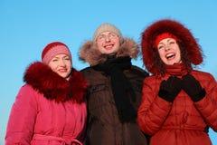 Trois amis riant de l'hiver Images libres de droits