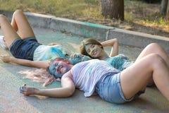 Trois amis riants de jeunes femmes ayant l'amusement au festival de Holi Photo libre de droits