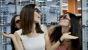 Trois amis se réjouissent les lunettes de soleil acquises banque de vidéos
