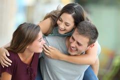 Trois amis se réunissant et plaisantant sur la rue Photos libres de droits