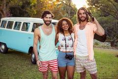 Trois amis se tenant ensemble près de campervan Photos libres de droits